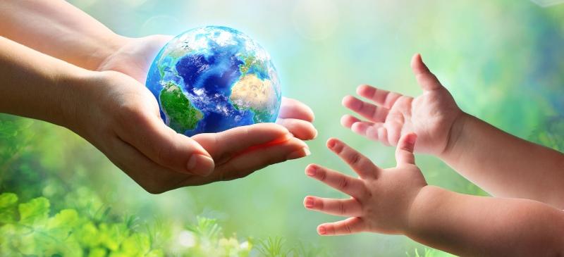 madre tierra, dos manos de madre con una bola del mundo que se lo da a un niño pequeño