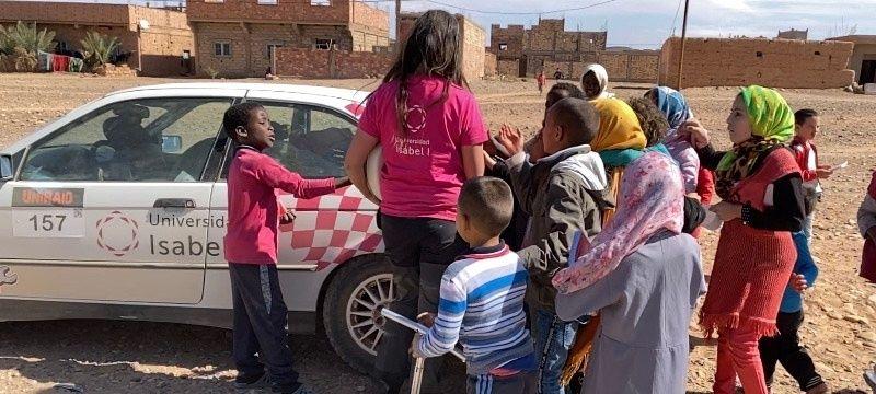 Entrega de material solidario a los habitantes de la zona por la que discurre la etapa.