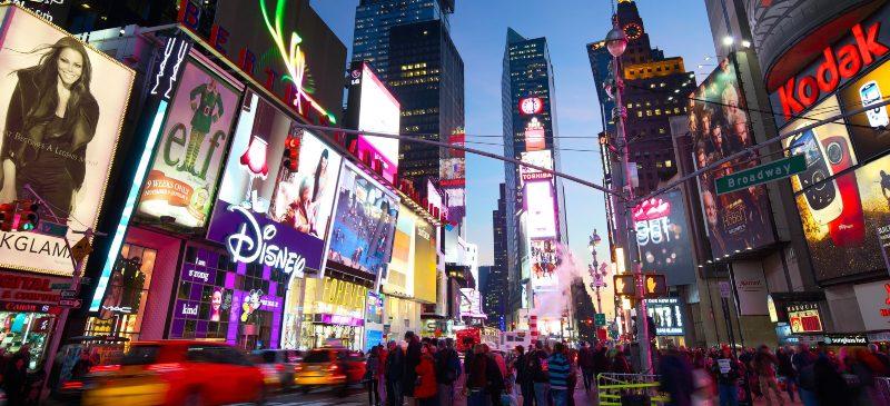 Imagen de Nueva York y la quinta avenida con carteles luminosos
