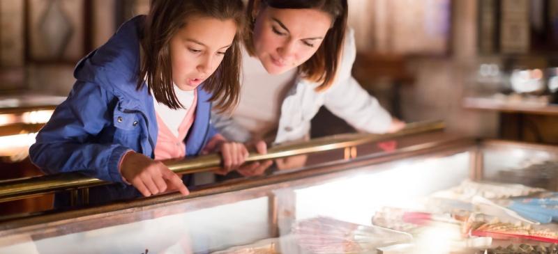 Día de los museos. Madre e hija en un museo.