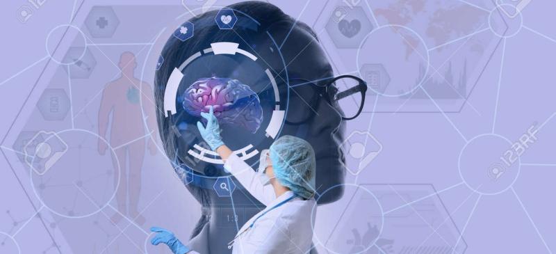 Imagen de un docente tocando un cerebro proyectado en una pantalla