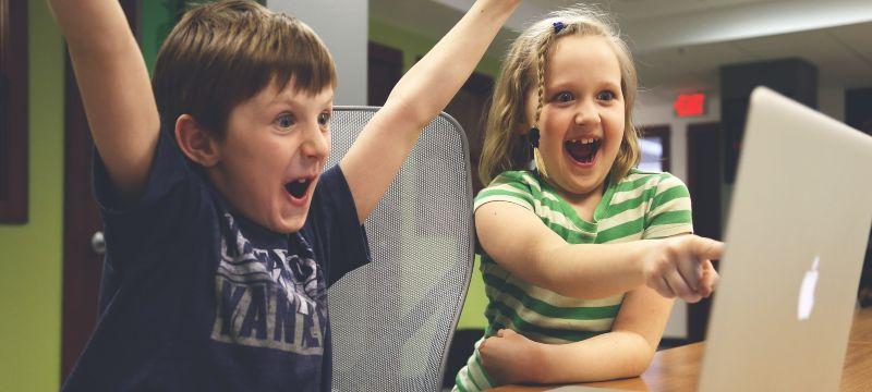 Niños emocionados