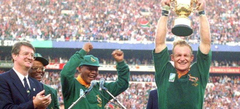 Nelson Mandela y el partido de la copa del mundo, con el capitán levantando la copa.