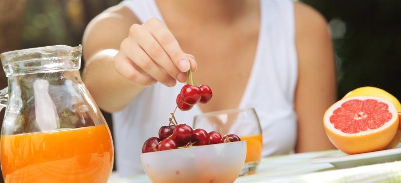 nutricionista cogiendo una cereza