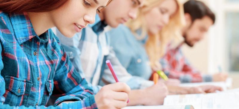 varias personas haciendo un examen en fila