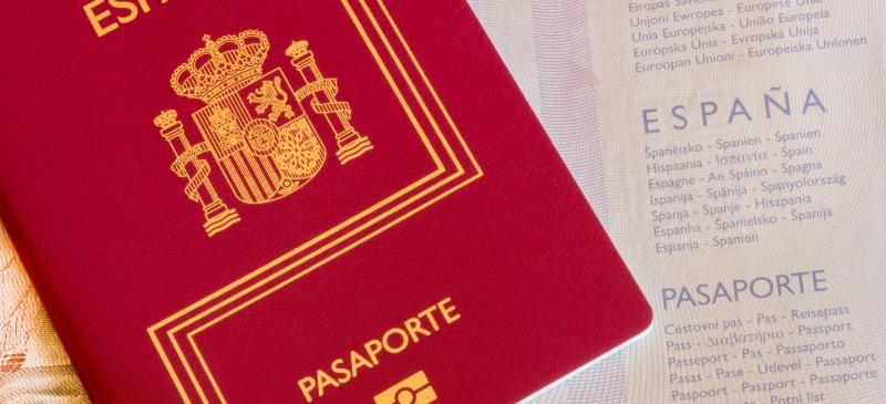 Pasaporte en España sobre unos papeles