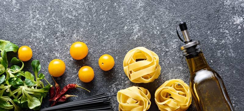 pasta, verduras, aceite y tomates