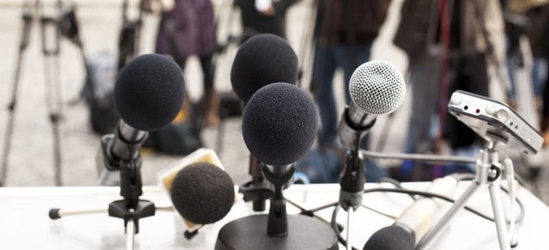 Micrófonos colocados para empezar una rueda de prensa