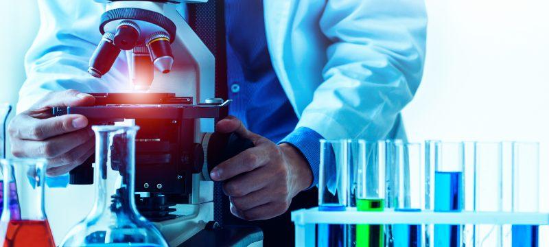 Un especialista en genética forense trabajando en el