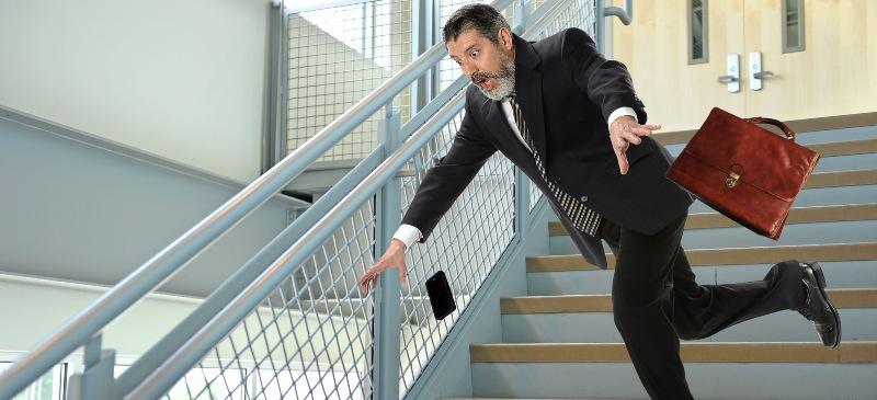 Hombre a punto de caer en unas escaleras