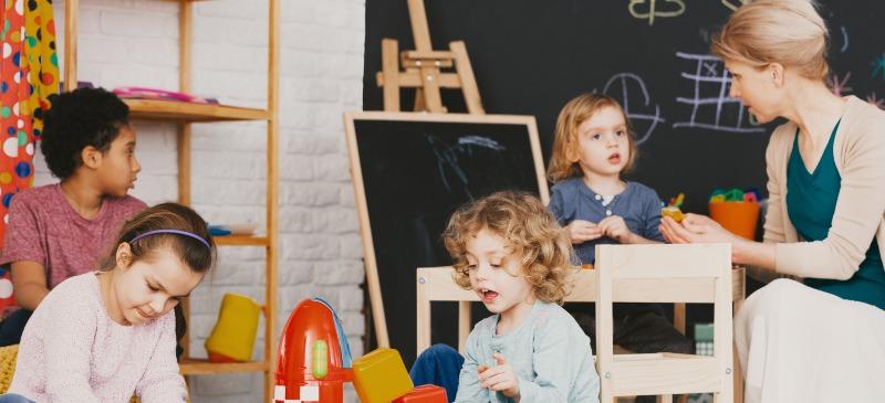 Maestra y estudiantes en una clase de educación infantil
