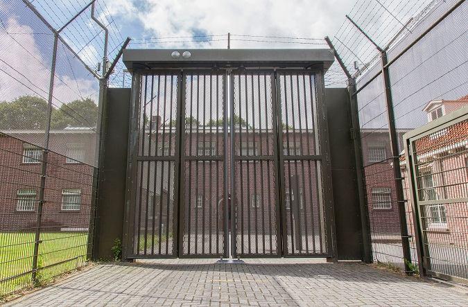Puerta de una prisión