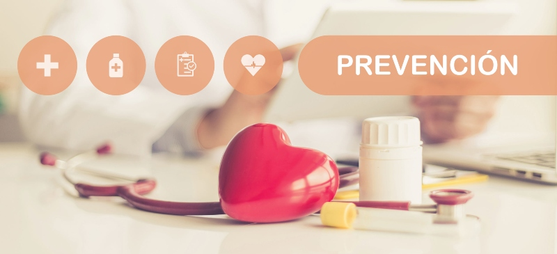prevención, con un corazón, y varias pastillas sobre una mesa