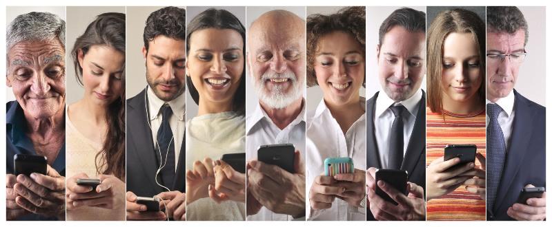 Mujeres y hombres que interaccionan con sus dispositivos móviles