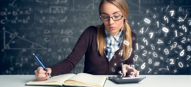 Profesora de primaria preparando una prueba matemática.
