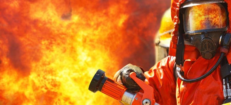 Protección contra incendios. Bombero con manguera en la mano.