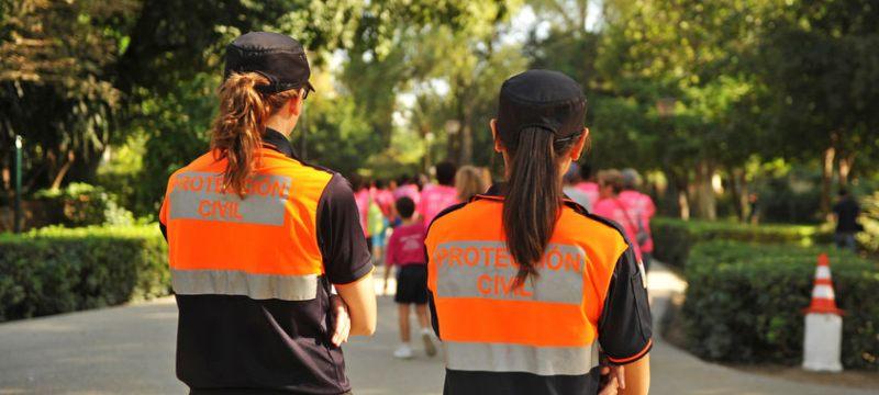 Dos mujeres de protección civil durante una carrera popular.
