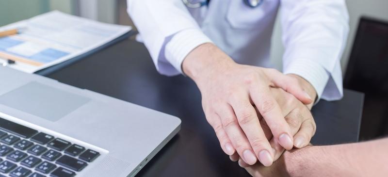 Psicología general sanitaria, dos manos cogiendo otra mano.