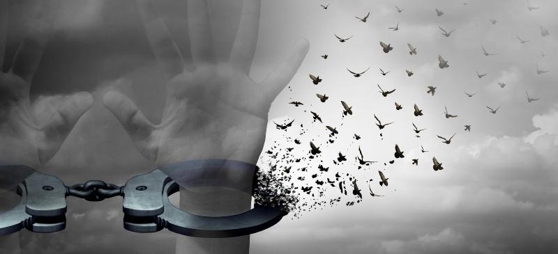 Psicología. Símbolo de manos atadas que se deshacen en una bandada de pájaros