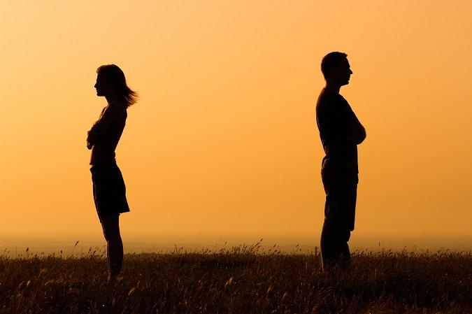 Una pareja distanciada se da la espalda