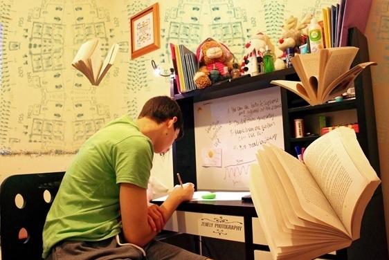 Superdotados 2. Hombre estudiando en una habitación en la que todas las paredes están pintadas