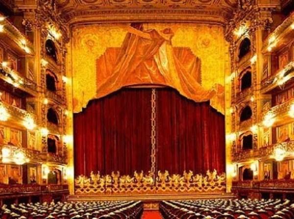 Teatro del siglo XVIII. Imagen del escenario y la platea.