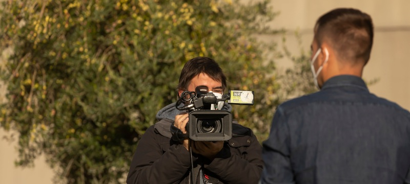 Cámara de televisión y reportero