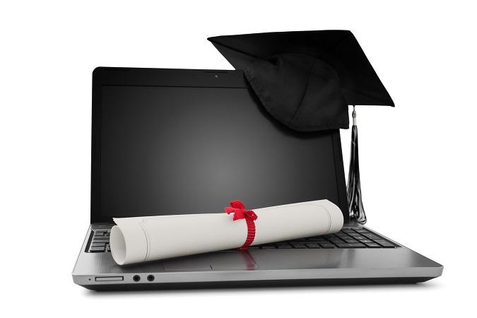 Un ordenador portátil, un birreta universitario y un título de Máster