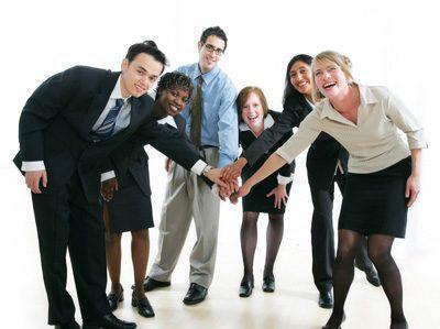 Trabajo en equipo con sus miembros de pie