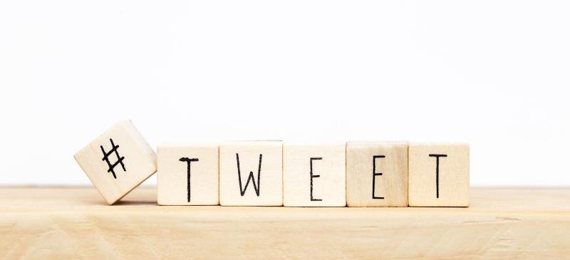 un hashtag en un cubo de madera y la palabra tweet en madera