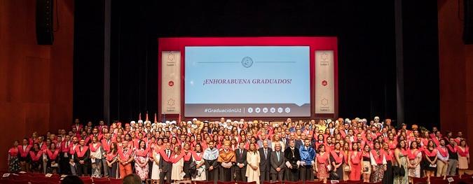 Foto de familia de la segunda promoción de egresados de la Universidad Isabel I