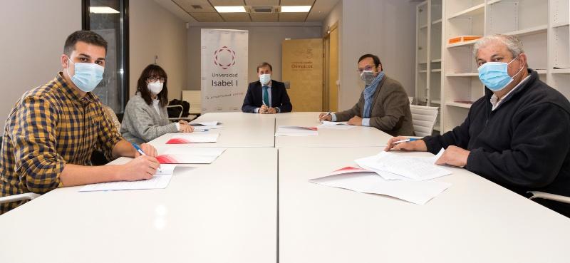 Firma del convenio del curso de huerto sostenible de la Universidad Isabel I