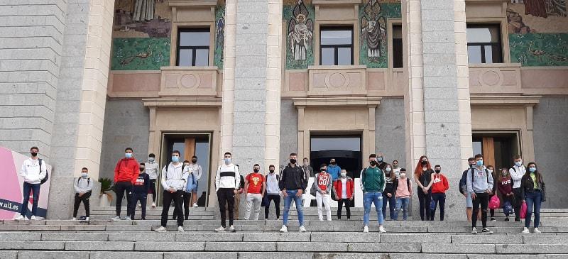 Alumnos de TEAS en las puertas de la Universidad mantienen las medidas de seguridad frente al Covid-19