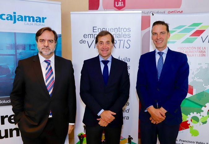 Álvaro Bordas (i.), vicepresidente de Vitartis, Alberto Gómez Barahona, rector de la Universidad Isabel I, y Raúl Ortega, director territorial de Cajamar.