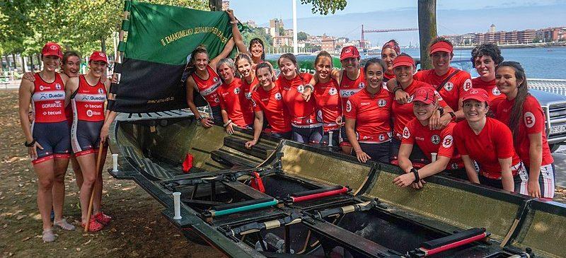 Remeras de Deustu Arraun Taldea tras ganar la Bandera de Sestao 2019 de la Liga ETE. Fotografía de Ángel Obregón.