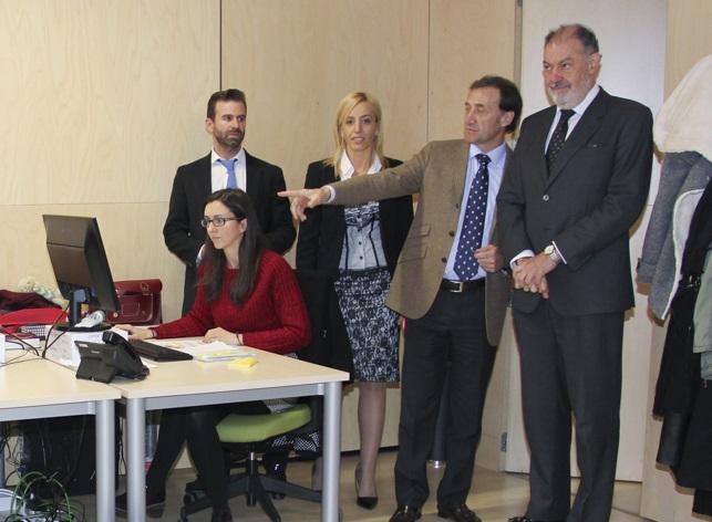 Fotografía del Rector con los miembros de ASCUCYL.