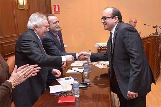 Aitor Curiel recibiendo el título de académico de la Real Academia de Medicina y Cirugía de Valladolid