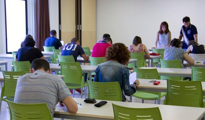 Alumnos de la Universidad Isabel I en los examenes