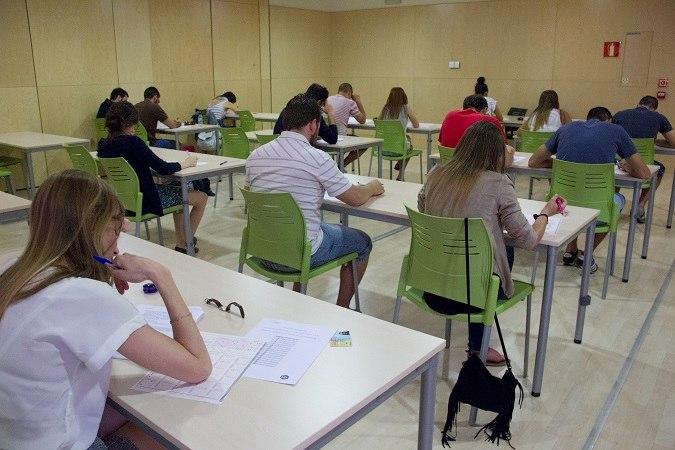 Alumnos examinándose en la sede de la Universidad Isabel I en Burgos
