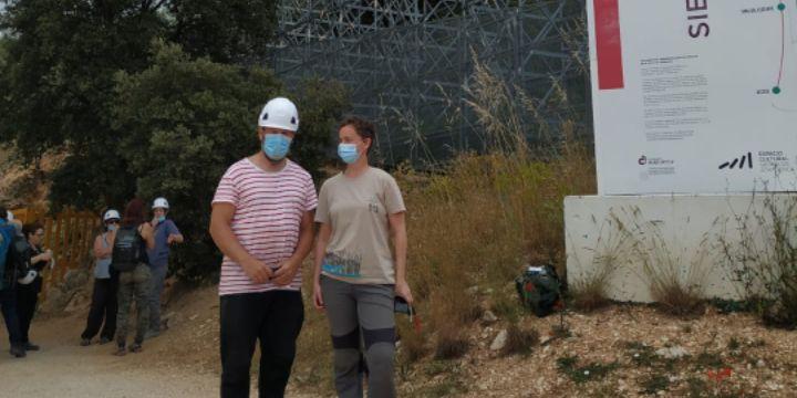 Laura Rodríguez y  Marcos Terradillos en el yacimiento arqueológico de la Cueva Fantasma en la Sierra de Atapuerca