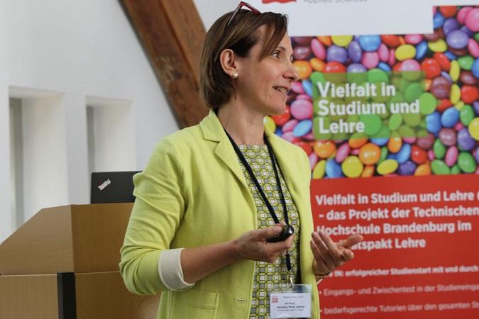 Azucena Pérez Alonso en el Foro de Didáctica en la Escuela Superior Técnica de Brandenburgo
