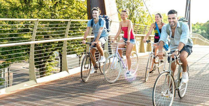 Un grupo de chicos en bicicleta sobre un puente