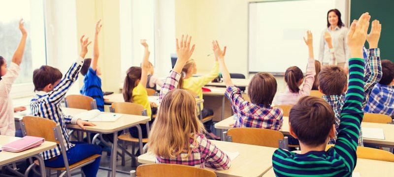 Profesora dando clase en un colegio