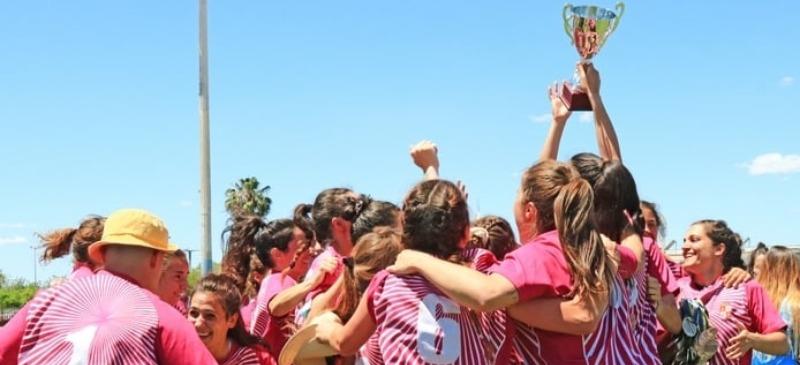 Carmen Fernández, subcampeona de España de Rugby, alzando la copa