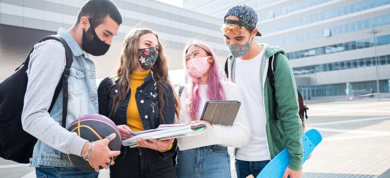 Estudiantes erasmus+ con mascarilla
