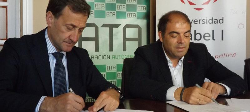 A la izquierda, el rector de la Universidad Isabel I, Alberto Gómez Barahona. A la derecha, el presidente de ATA, Lorenzo Amor