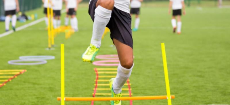 Deportistas en un entrenamiento de fútbol.