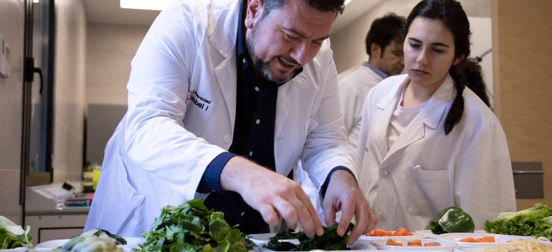 Giussepe Russolillo, profesor de Nutrición de la Universidad Isabel I, en prácticas de laboratorio.