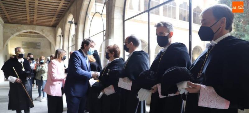 El Rector de la Universidad Isabel I esperando ser saludado por el presidente de la Junta de Castilla y León y la Consejera de Educación