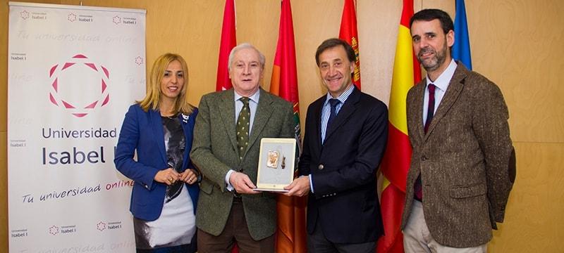 El Diario de Burgos obsequia a la Universidad Isabel I con una estatuilla conmemorativa de su 125 aniversario